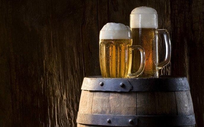 பீர் பற்றிய  உண்மைகள் 3643_Two-mugs-of-beer-on-a-barrel-HD-wallpaper