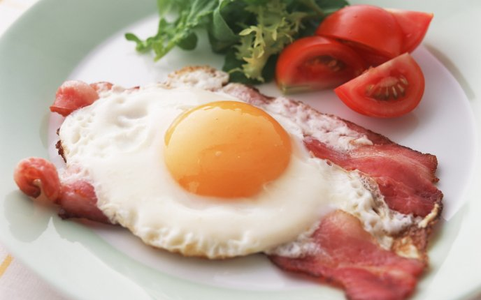 A hearty breakfast - eggs, bacon and fresh tomatoes