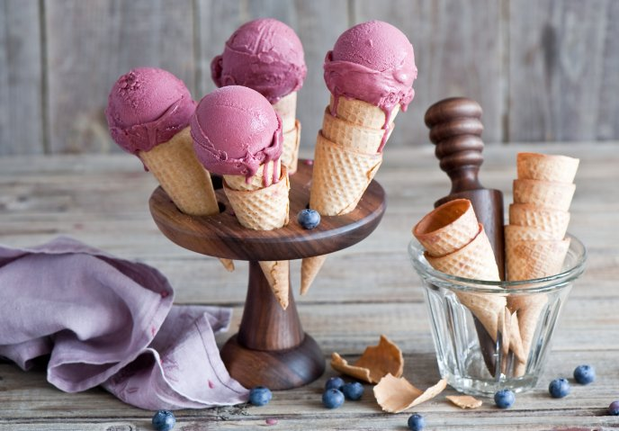 Blueberry ice cream in biscuit cornet - Artistic design