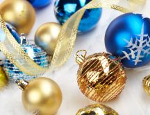 Blue and gold Christmas balls Hd wallpaper