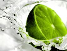 A lime thrown into the water - macro wallpaper