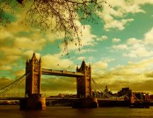 Beautiful landscape with London bridge - summer holiday