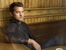 Actor Joshua Jackson in a coffee shop
