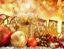 Golden presents and accessories for a perfect Christmas