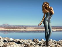 Wonderful woman in jeans clothes - HD wallpaper