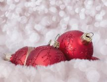 Red Christmas accessories balls - Macro winter wallpaper