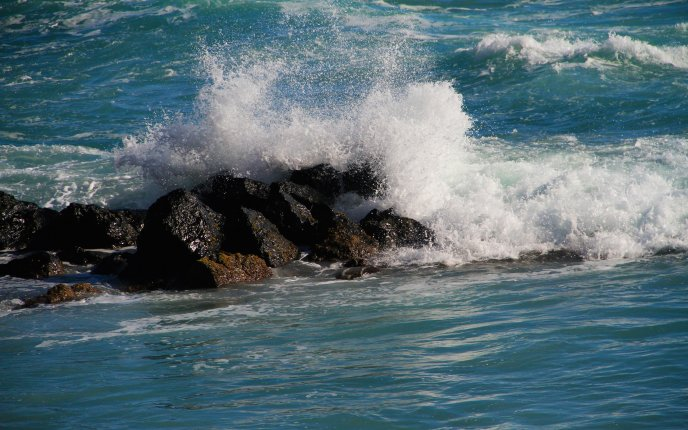 Waves breaking in rocks HD wallpaper