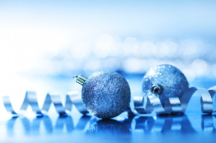 Blue Christmas ornament filled with glitter HD wallpaper