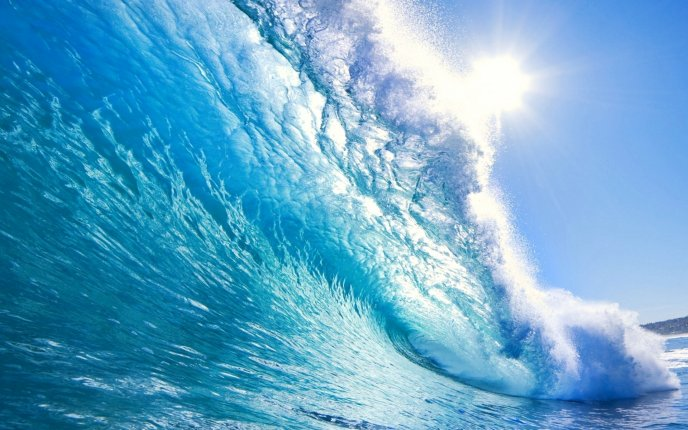 Beautiful big wave - the sun is wet