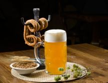 Fresh pint of beer on a plate HD wallpaper