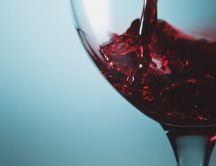 Pour the red wine in the glass HD wallpaper