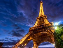 Eiffel Tower illuminated at night - HD wallpaper