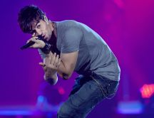 Enrique Iglesias singing in a concert